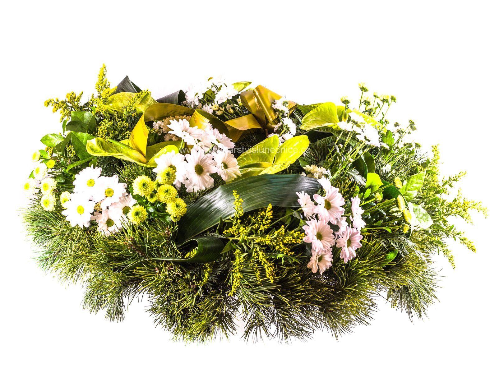 Smuteční věnec z chrysanthém a anthurií