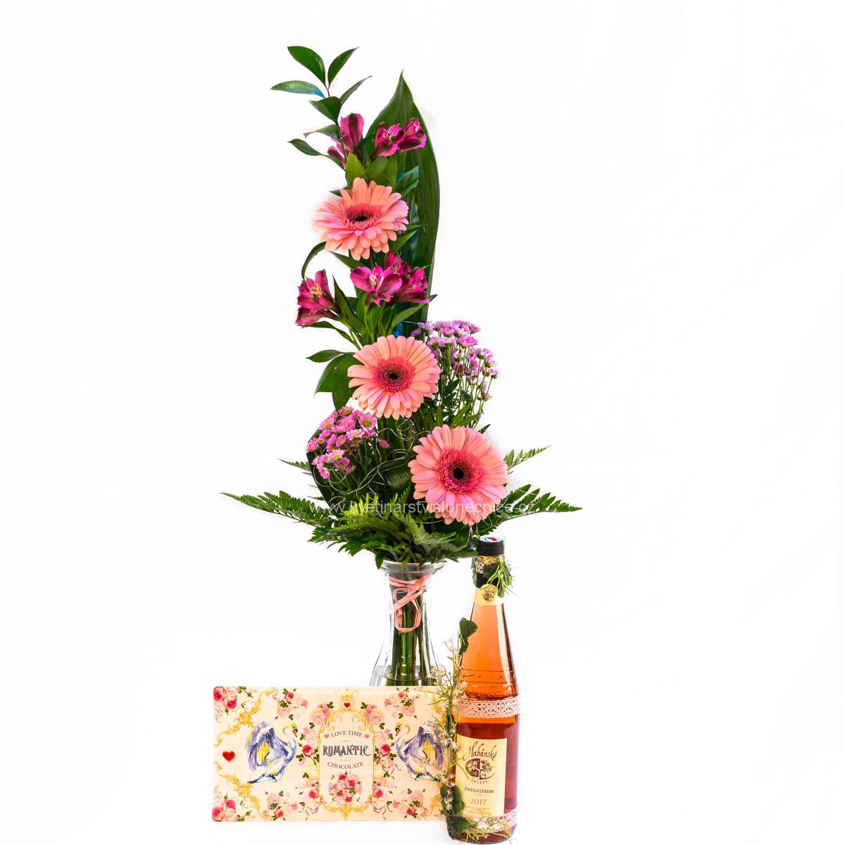 Gerbery s alstromerií, čokoládová obálka a růžové víno