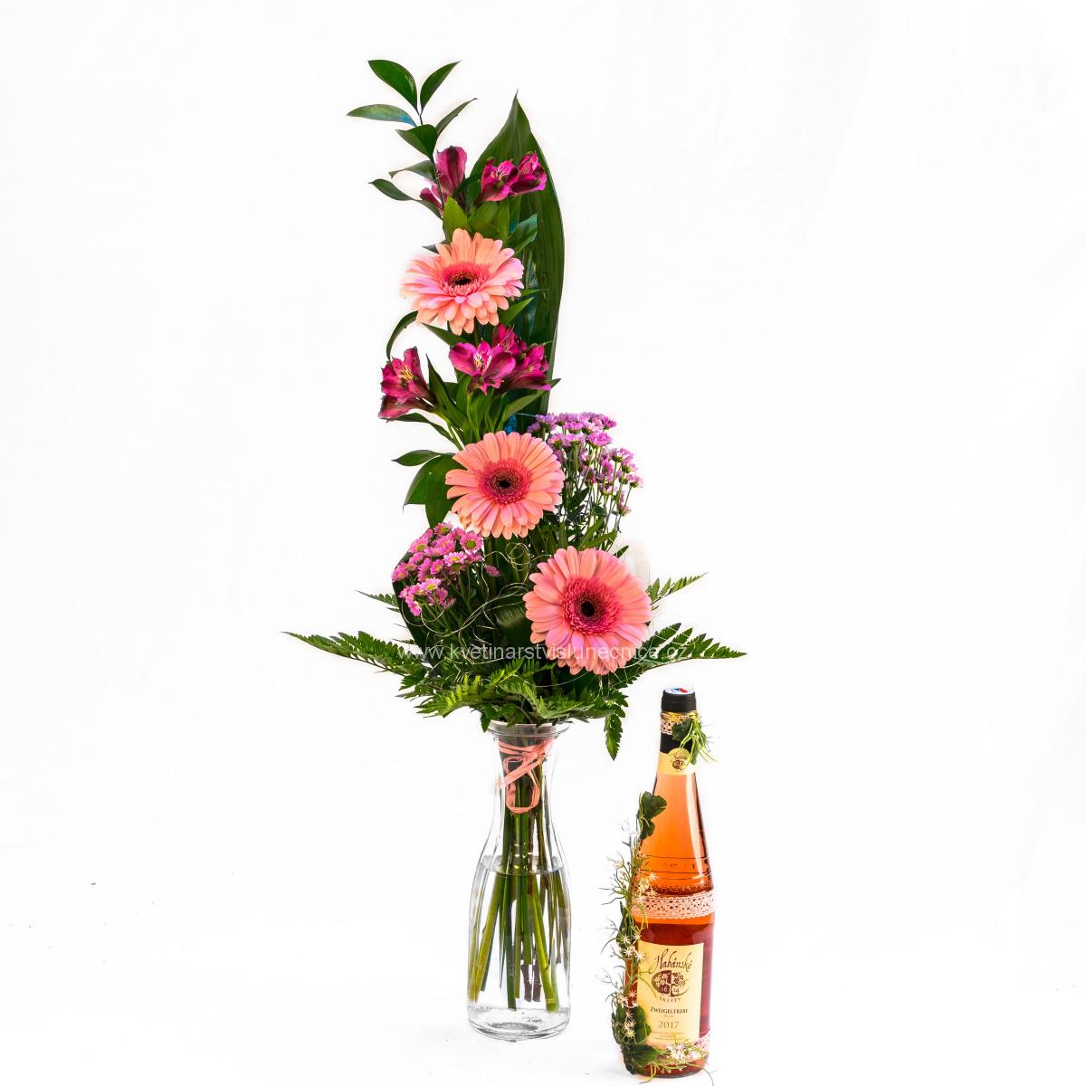 Gerbery s alstromerií a růžové víno